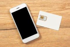 Smartphone com o cartão da tela vazia e do telefone celular SIM Imagens de Stock
