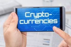 Smartphone com o texto Cryptocurrencies fotos de stock