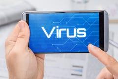 Smartphone com o vírus do texto na exposição Fotos de Stock Royalty Free