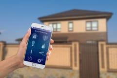 Smartphone com segurança interna app em uma mão no fundo da construção Fotografia de Stock Royalty Free