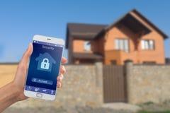 Smartphone com segurança interna app em uma mão no fundo da construção Imagens de Stock