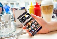 Smartphone com a tela transparente nas mãos humanas ilustração stock