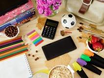 Smartphone com uma tela e uma calculadora vazias cercadas por fontes de escola Fotografia de Stock Royalty Free