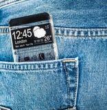 Smartphone com uma tela transparente em um bolso das calças de brim Imagem de Stock