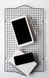 Smartphone, compressa e blocco note Fotografie Stock