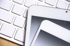 Smartphone, compressa e tastiera Fotografie Stock