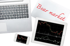 Smartphone, computer, carta con il testo del mercato di orso e spirito della compressa Fotografie Stock