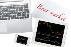 Smartphone, Computer, Papier mit Baissemarkttext und Tablettenesprit stockfotos