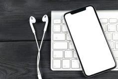 Smartphone con derisione dello schermo in bianco su Smartphone ha isolato lo schermo Schermo bianco del telefono cellulare con lo fotografia stock