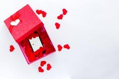 Smartphone con el calendario en la fecha de día del ` s de la tarjeta del día de San Valentín en caja de regalo Foto de archivo
