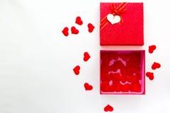 Smartphone con el calendario en la fecha de día del ` s de la tarjeta del día de San Valentín en caja de regalo Imágenes de archivo libres de regalías