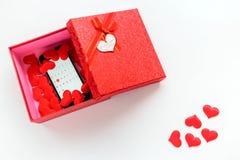 Smartphone con el calendario en la fecha de día del ` s de la tarjeta del día de San Valentín en caja de regalo Foto de archivo libre de regalías