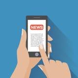Smartphone con el icono de las noticias en la pantalla Imagen de archivo