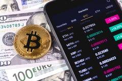 Smartphone con el mercado de acción del cryptocurrency imágenes de archivo libres de regalías