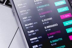Smartphone con el mercado de acci?n del cryptocurrency imagenes de archivo