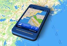 Smartphone con el navegador del GPS en correspondencia Foto de archivo libre de regalías
