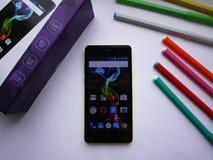 Smartphone con el sistema operativo de Android con los paneles desprendibles multicolores fotografía de archivo