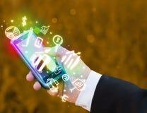 Smartphone con finanzas e iconos y símbolos del mercado Foto de archivo