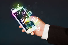 Smartphone con finanzas e iconos y símbolos del mercado Fotos de archivo libres de regalías