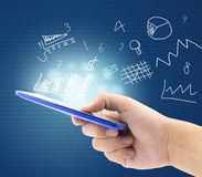 Smartphone con finanzas, el gráfico y el mercado foto de archivo