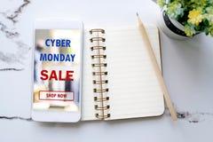 Smartphone con il dispositivo online di compera cyber di lunedì e soppressione il nessun Immagine Stock