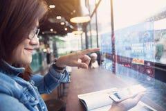 Smartphone con l'ologramma di dati di gestione fotografia stock