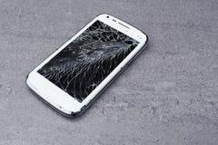 Smartphone con la pantalla quebrada Fotografía de archivo libre de regalías