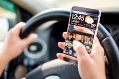 Smartphone con la pantalla transparente en manos humanas. Imagen de archivo libre de regalías