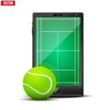 Smartphone con la pelota de tenis y el campo americanos encendido Fotografía de archivo