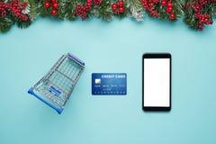 Smartphone con las decoraciones de la Navidad Mofa de la Navidad encima de la plantilla Visión desde arriba Imágenes de archivo libres de regalías