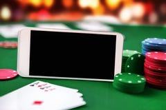 Smartphone con le chip card e quattro assi Fotografia Stock