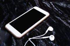 Smartphone con le cuffie su fondo di marmo fotografia stock