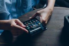 Smartphone con le icone dei media sociali sullo schermo Fotografia Stock