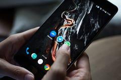 Smartphone con le icone dei media sociali sullo schermo Immagine Stock