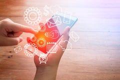 Smartphone con le icone del mercato e di finanza fotografie stock libere da diritti