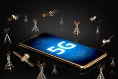 Smartphone con le lettere 5G sull'indicazione dello schermo circondata dalle torri e dai satelliti della rete rappresentazione 3d royalty illustrazione gratis