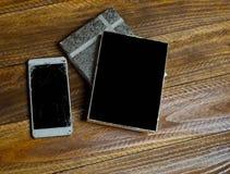 Smartphone con lo schermo rotto fotografie stock libere da diritti
