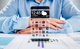Smartphone con lo schermo trasparente in mani umane. Immagine Stock Libera da Diritti