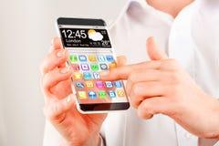 Smartphone con lo schermo trasparente in mani umane. Fotografie Stock Libere da Diritti