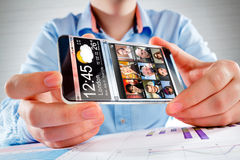 Smartphone con lo schermo trasparente in mani umane. Fotografia Stock Libera da Diritti