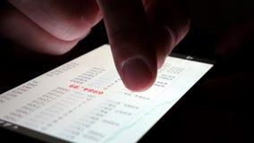 Smartphone con los datos del mercado de acción para negociar almacen de video