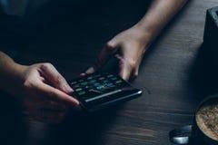 Smartphone con los iconos de medios sociales en la pantalla Fotografía de archivo libre de regalías