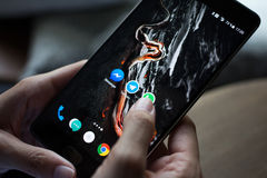 Smartphone con los iconos de medios sociales en la pantalla Imagen de archivo