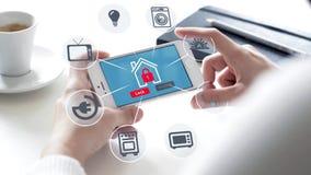 Smartphone con seguridad en el hogar stock de ilustración