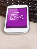 Smartphone con un nuevo mensaje en la pantalla, Foto de archivo libre de regalías
