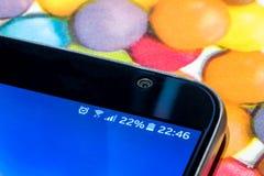Smartphone con una carica della batteria di 22 per cento sullo schermo Immagine Stock Libera da Diritti