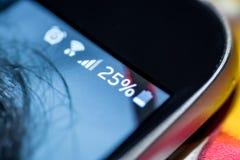Smartphone con una carica della batteria di 25 per cento sullo schermo Fotografia Stock Libera da Diritti