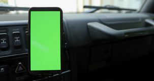 Smartphone con una pantalla verde en el coche metrajes