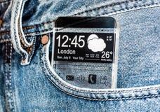 Smartphone con uno schermo trasparente in una tasca dei jeans. Immagini Stock Libere da Diritti