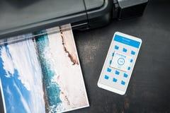 Smartphone conectó con la impresora inalámbrica Foto de archivo